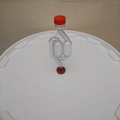 Установленный в крышку бака S образный гидрозатвор